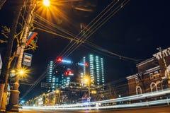 Voronezh Ryssland - 12 April 2018: Nattfoto av hotellet Marriot som lokaliseras i centrum av den Voronezh staden Arkivfoton