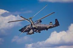 VORONEZH RYSSLAND - MAJ 25, 2015: Rysk militär stridhellicopterKamov Ka-52 alligator på airshow Fotografering för Bildbyråer