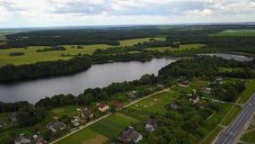 Voronyn-Dorf auf dem Ufer des Sees Polonskoe stock video footage