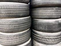 Vorrat benutzter schwarzer Reifen Stockbilder