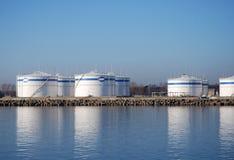 Vorratsbehälter im Hafen Stockbilder
