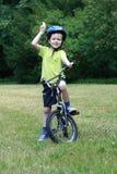 Vorschüler und Fahrrad lizenzfreie stockfotos