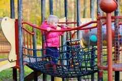Vorschülermädchen, das im Park spielt Stockbilder