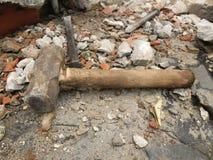 Vorschlaghammer und Meißel, nachdem eine Wand gebrochen worden ist stockfotografie