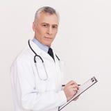 Vorschreiben der richtigen Medizin. stockbilder