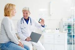 Vorschreiben einer Medizin stockbilder