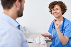 Vorschreibende Medikation zum Patienten lizenzfreie stockfotografie