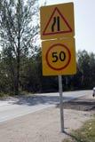 Vorschriftszeichen auf einer Straße unter blauem Himmel Stockfotografie
