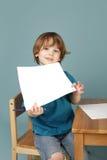 Vorschule-Lernen: Kind, das Leerseite zeigt Stockfoto
