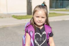 Vorschule- Student, der zur Schule mit Lächeln geht Lizenzfreie Stockbilder