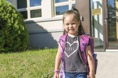 Vorschule- Student, der zur Schule mit Lächeln geht Stockfotos