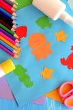 Vorschulseetierkünste und -handwerk Papierozeantiere Kinderanwendung vom Farbpapier machen im Kindergarten Stockbilder