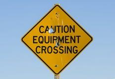 Vorsicht-Ausrüstungs-Überfahrt-Zeichen Stockfoto