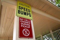 Vorsicht-Bremsschwellen keine Handys während des Aufnahmen-Zeichens Lizenzfreie Stockfotos