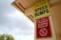 Vorsicht-Bremsschwellen keine Handys während des Aufnahmen-Zeichens Stockbilder