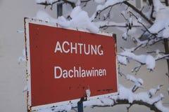 Vorsicht Dachlawinen Foto de archivo libre de regalías
