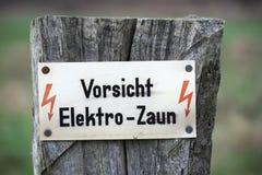 Vorsicht Elektro-Zaun Foto de archivo