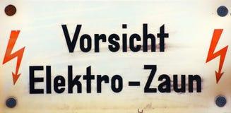 Vorsicht Elektro-Zaun Imágenes de archivo libres de regalías