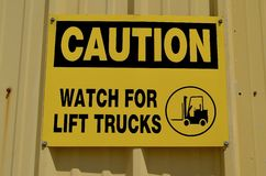 Vorsicht: Heben Sie Warnzeichen der Gabel an Stockfoto