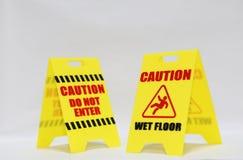 Vorsicht kommen nicht und nasser Boden Signage herein Stockfotos