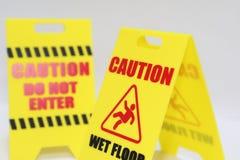 Vorsicht kommen nicht und nasser Boden Signage herein Stockfotografie