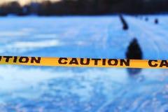 Vorsicht oder Warnzeichen des Ertrinkens, gefrorener See Stockbilder