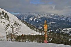 Vorsicht-Zeichen-warnende Skifahrer lizenzfreie stockfotos