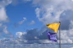 Vorsichtflaggen gegen hellen blauen Himmel stockfotos