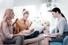 Vorsichtige Mutter und ihre Tochter, die an Psychologen teilnimmt Lizenzfreies Stockbild