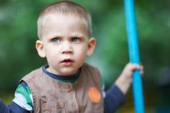 Vorsichtiger Blick ein kleines Kind Stockfotografie