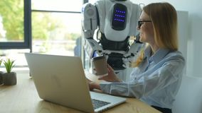 Vorsichtiger Roboter, der Mädchentasse kaffee holt stock footage