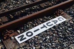Vorsichtzeichen neben Eisenbahnlinie Stockfotos