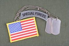 Vorsprung der besonderen Kräfte der AMERIKANISCHEN ARMEE mit Erkennungsmarke- und Flaggenflecken auf Olivgrünuniform Stockfotografie