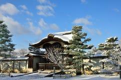 Vorst behandelde Tempel en blauwe hemel, Kyoto Japan Royalty-vrije Stock Afbeelding