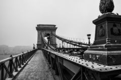 Vorst op de brug Kettingsbrug in Boedapest bij de winter stock foto's
