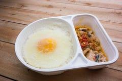 Vorst van basilicum Fried Chicken en gebraden eikant-en-klaar-maaltijd Stock Afbeeldingen
