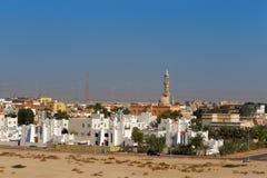 Vorstadtansicht der städtischen Wohnung und der lokalen Moschee in Abu Dhabi, UAE Stockfotos