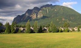 Vorstadthäuser mit Berg Lizenzfreie Stockfotos