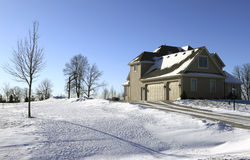 Vorstadthaus im Schnee stockfotografie