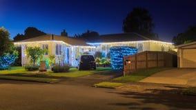 Vorstadthaus und Garten, tastefully verziert mit Kettenlichtern für Weihnachten stockfotos