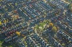 Vorstadtnachbarschaft und Park im Herbst Stockfotografie