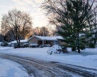 Vorstadtstraße auf schneebedecktem Morgen Stockfotos
