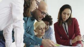 Vorstandssitzung mit Belegschaftsmitgliedern stock video