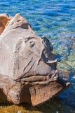 Vorstehende geologische Felsformation im Meer lizenzfreies stockbild