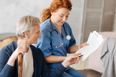 Vorstehender lokaler Spezialist, der die Diagnose erklärt Lizenzfreie Stockbilder
