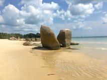 Vorstehendes Felsenduo zwischen Sand und Meer Lizenzfreies Stockbild