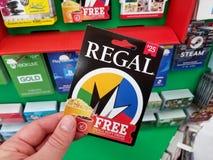 Vorstelijke giftkaart in een hand stock foto's