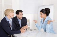 Vorstellungsgespräch oder Geschäftstreffen: Mann und Frau, die an sitzen Stockfotos