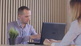 Vorstellungsgesprächkonzept - zwei Geschäftsleute während der Einstellung stock video footage