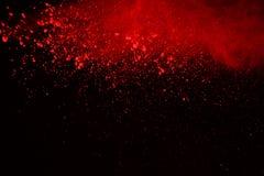 Vorstmotie van gekleurde die poederexplosie op zwarte achtergrond wordt geïsoleerd De samenvatting van Veelkleurig stof splatted Stock Foto